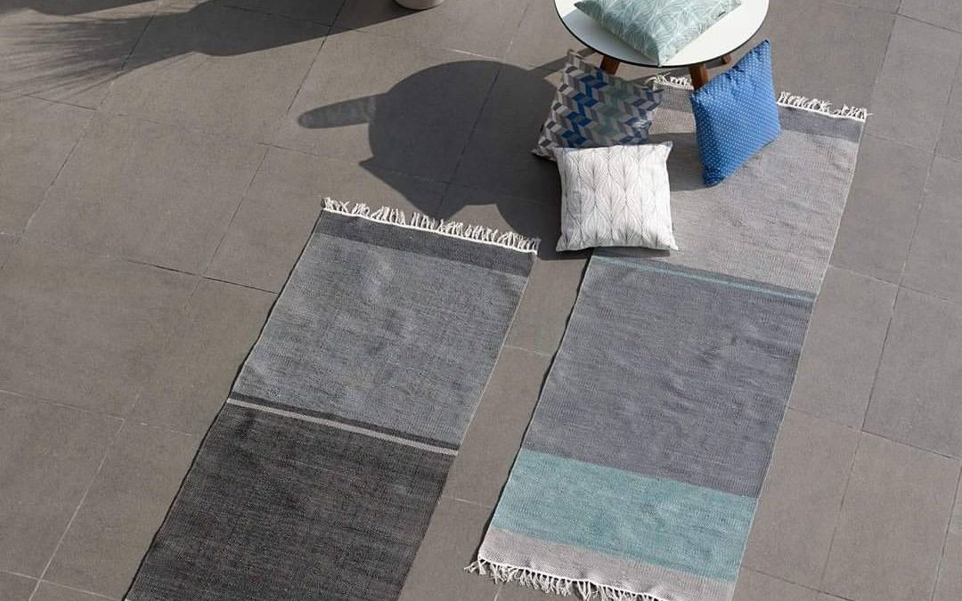 2 outdoor rugs with 4 cushions